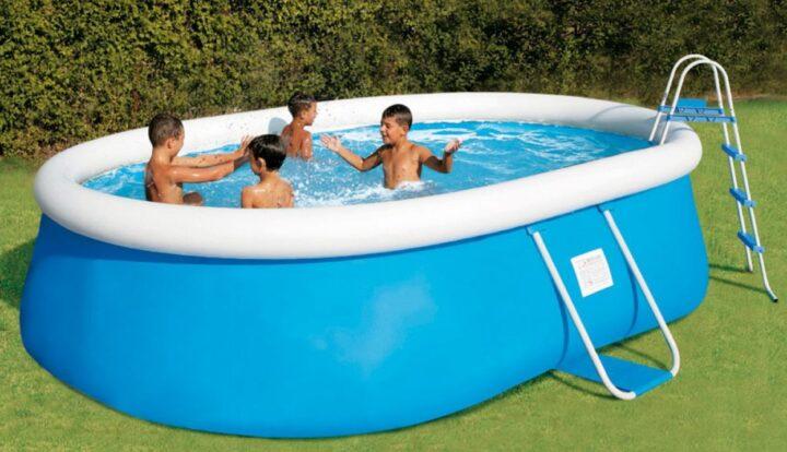 Enfants jouant dans une piscine