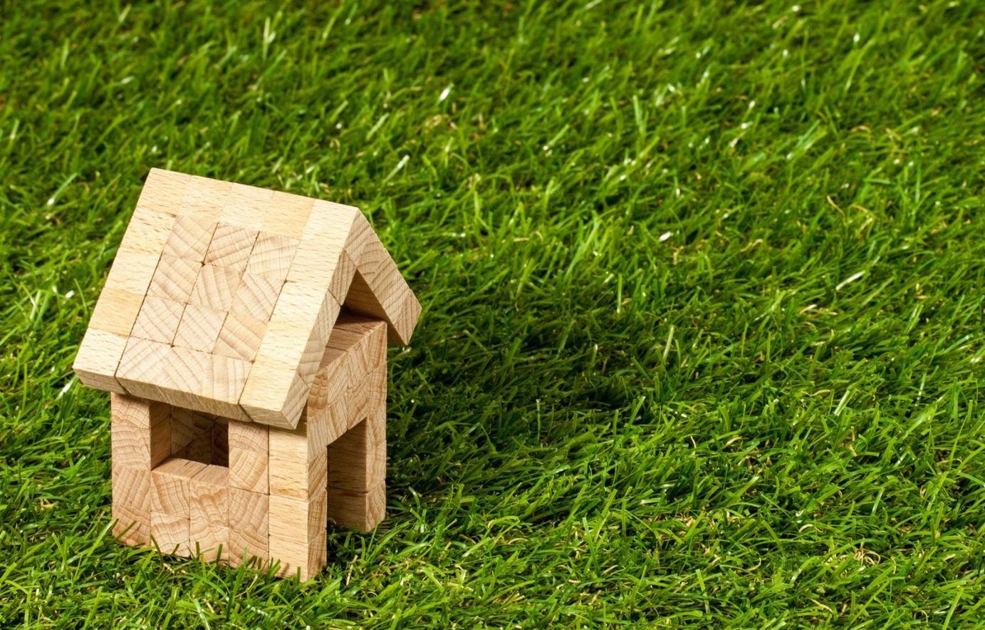 Maison en bois sur herbe
